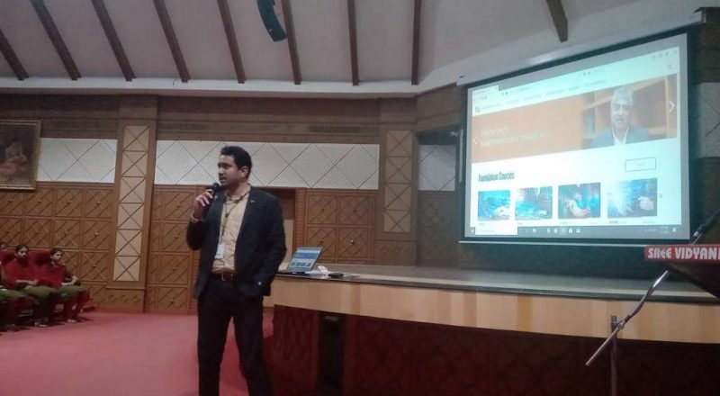 Infosys Team Interacting with students 2